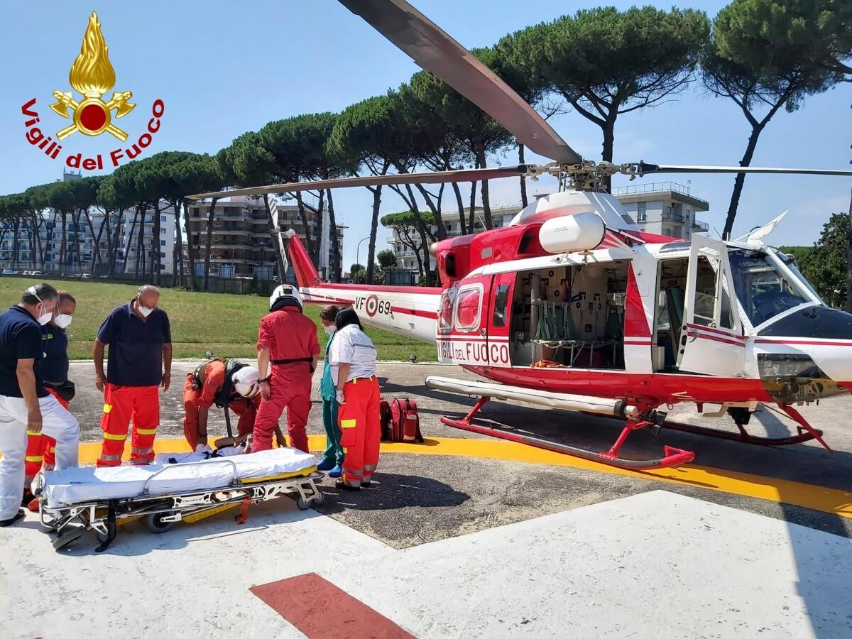 Bus precipita in una scarpata a Capri, c'è un morto: intervengono anche i vigili del fuoco di Salerno