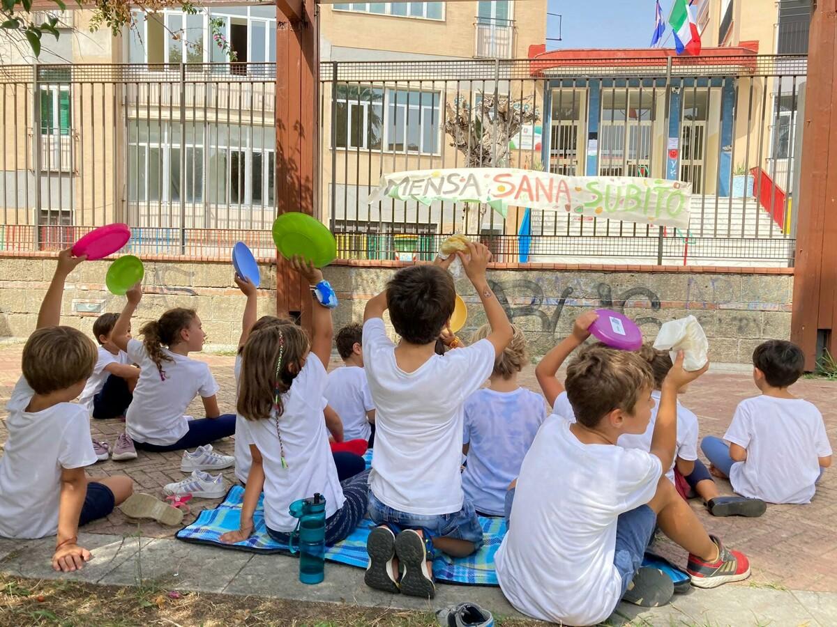Salerno, pranzo al sacco di fronte alle scuole per chiedere l'attivazione del servizio mensa