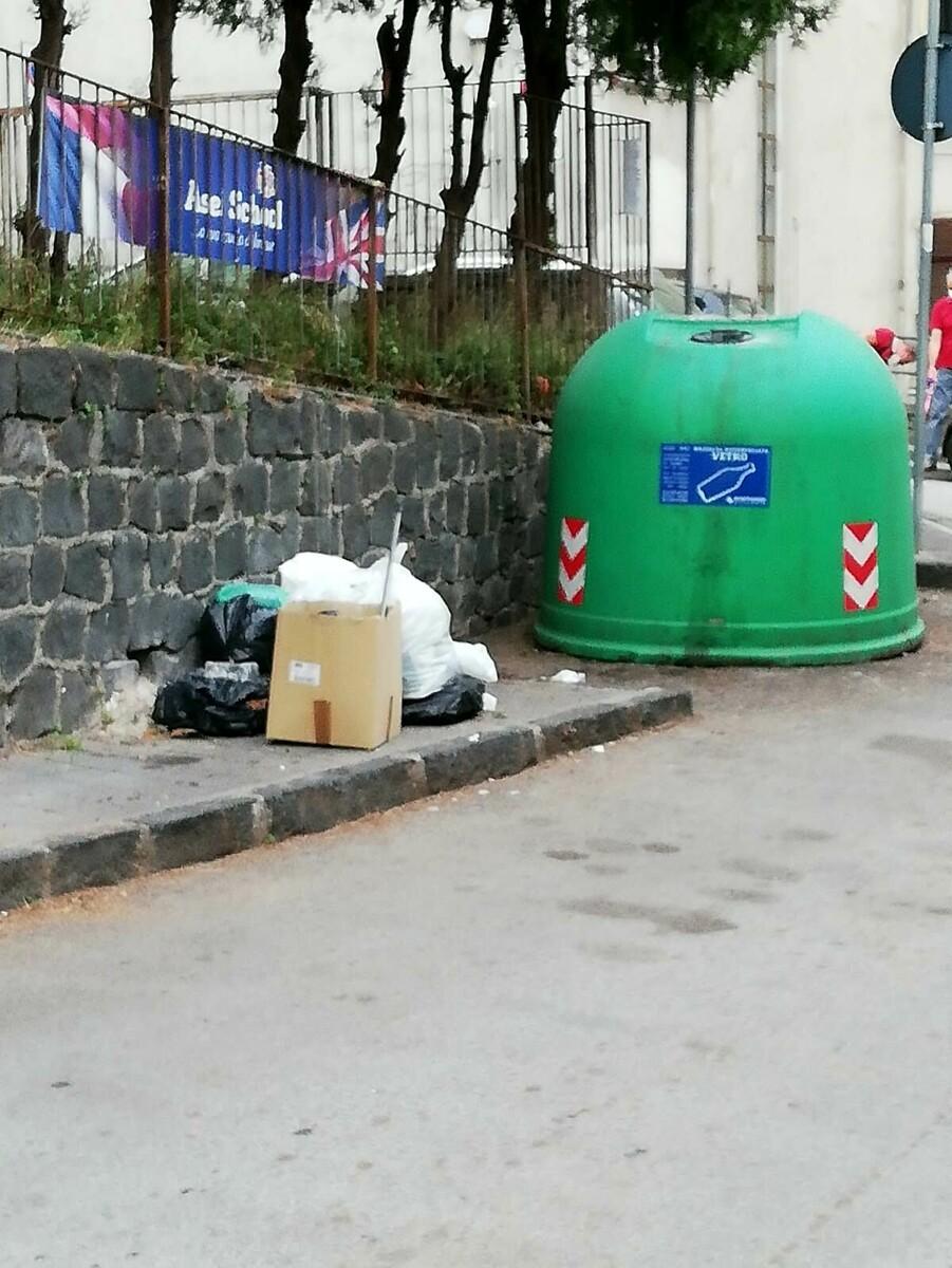 Cumuli di rifiuti abbandonati nel quartiere Carmine: la denuncia di un lettore
