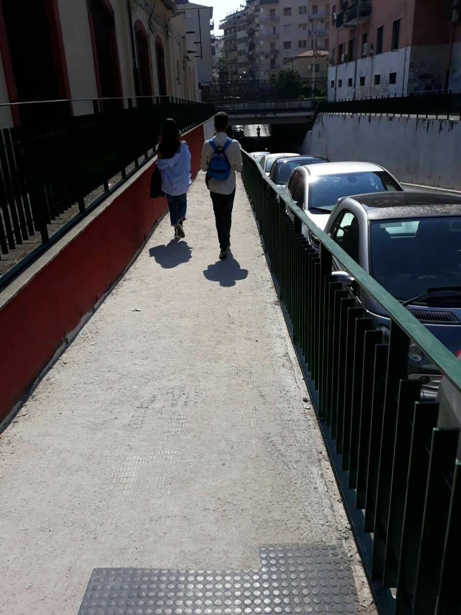 Pavimentazione pedonale nel degrado in via Santi Martiri Salernitani: la segnalazione
