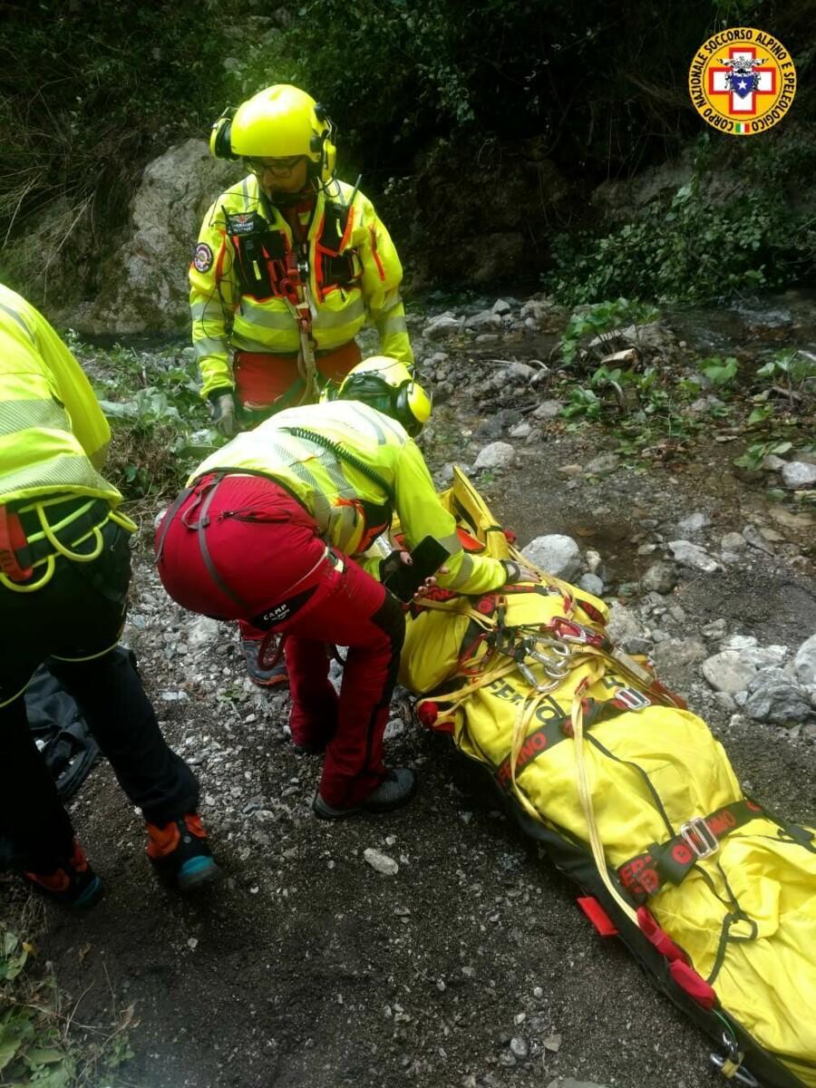 Perde l'equilibrio e precipita nel fiume: salvata escursionista nella Valle delle Ferriere