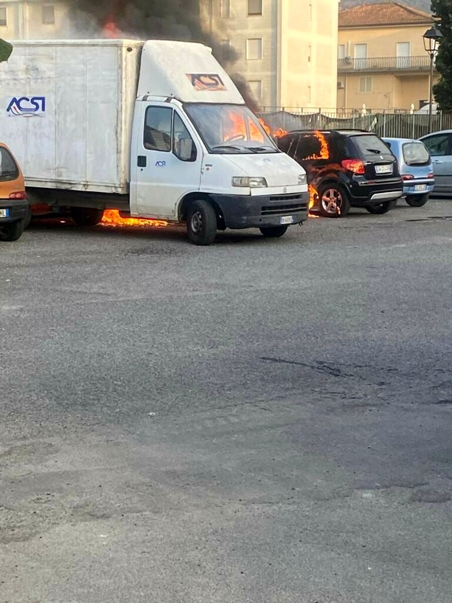 Roccapiemonte, in fiamme due auto e un camioncino: si indaga