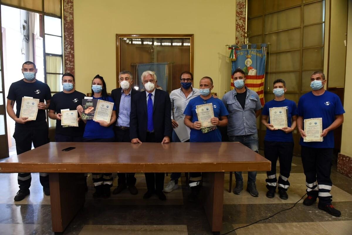 Servizio di raccolta porta a porta durante il lockdown: premiati operatori di Salerno Pulita