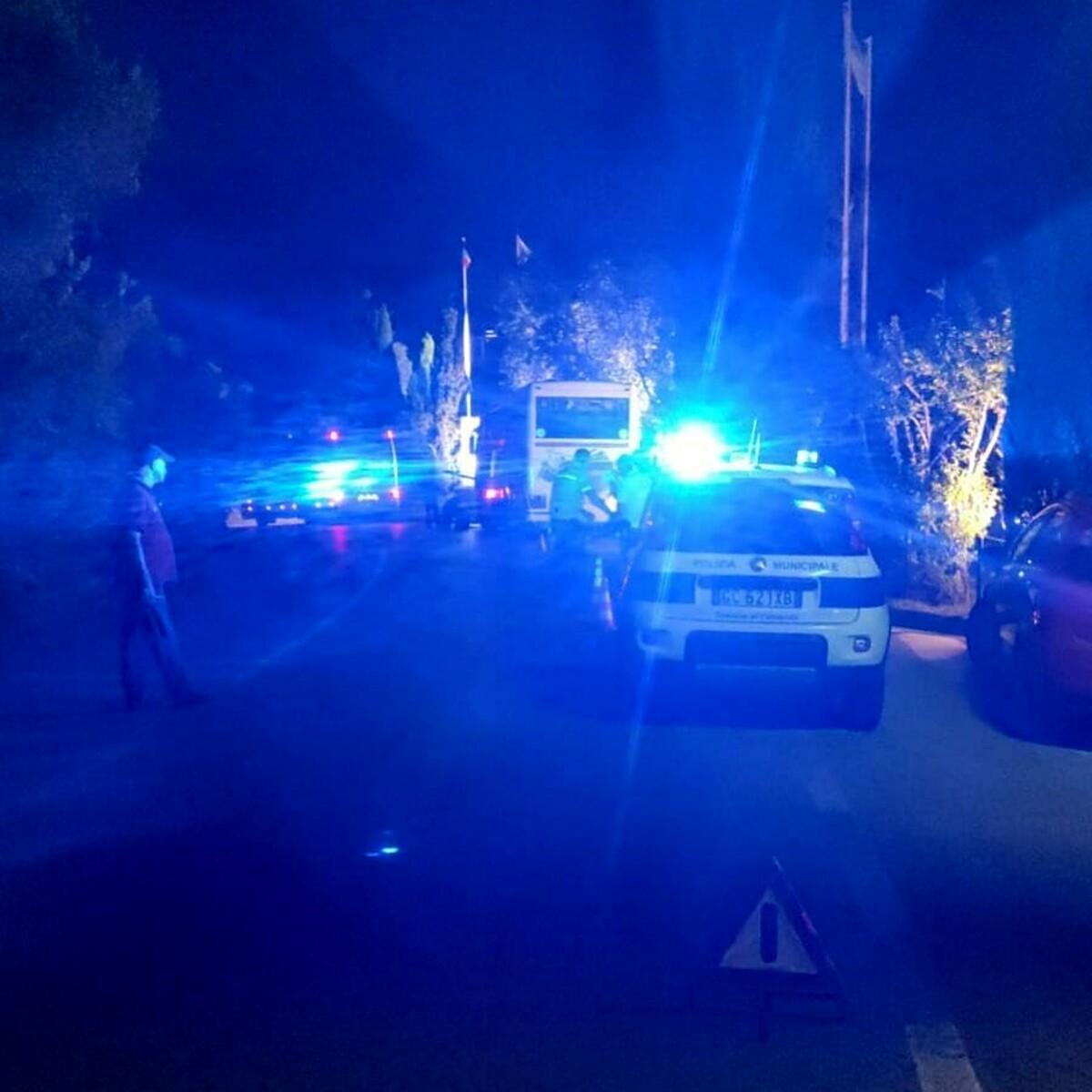 Bus guasto fermo lungo la strada provinciale a Marina di Camerota: i disagi