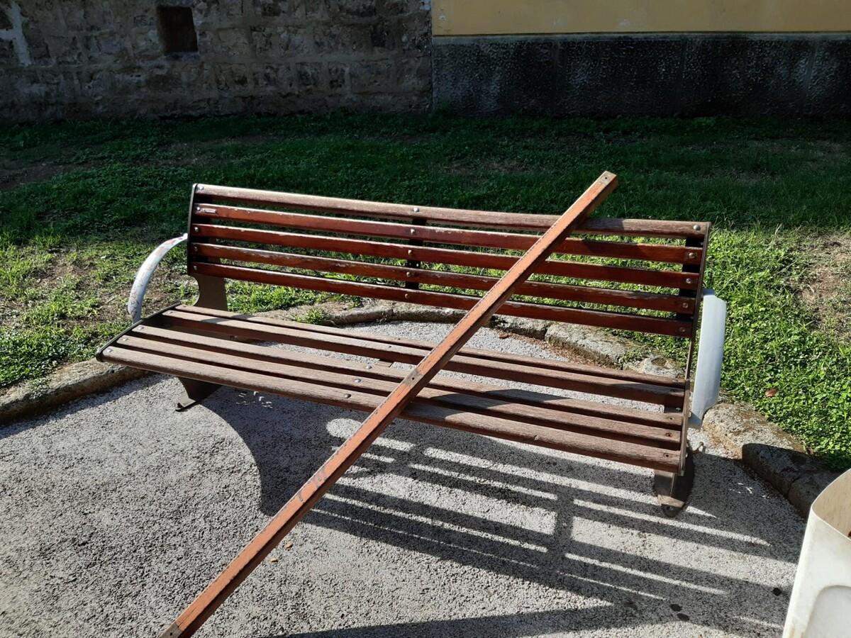 Panchine vandalizzate nella villa comunale di Baronissi: l'amarezza del sindaco
