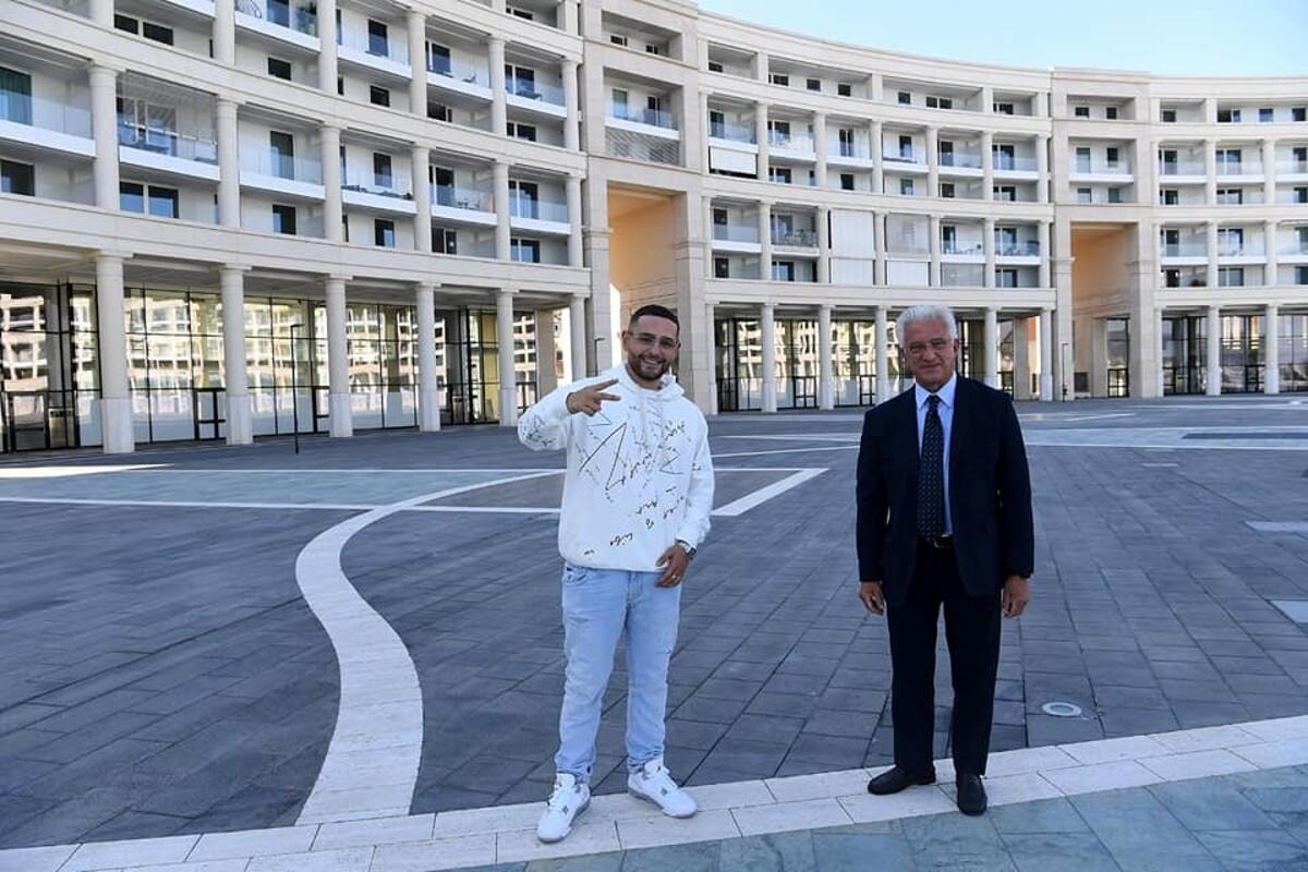 Curiosità, il sindaco Napoli accompagna Rocco Hunt in piazza della Libertà