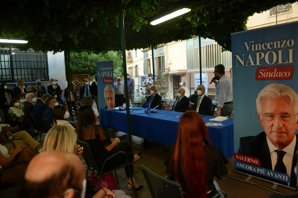 Il sindaco Napoli al circolo bocciofilo De Nicola per incontrare i cittadini, presenti anche De Luca e Picarone