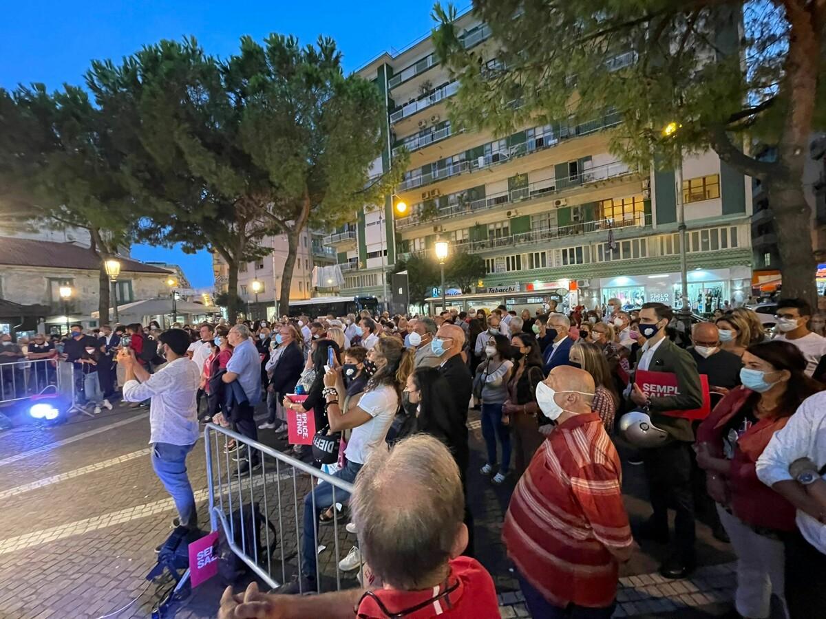 """Elezioni comunali, la Barone applaudita in piazza a Pastena. Poi la proposta: """"Sospensione delle Fonderie Pisano"""""""