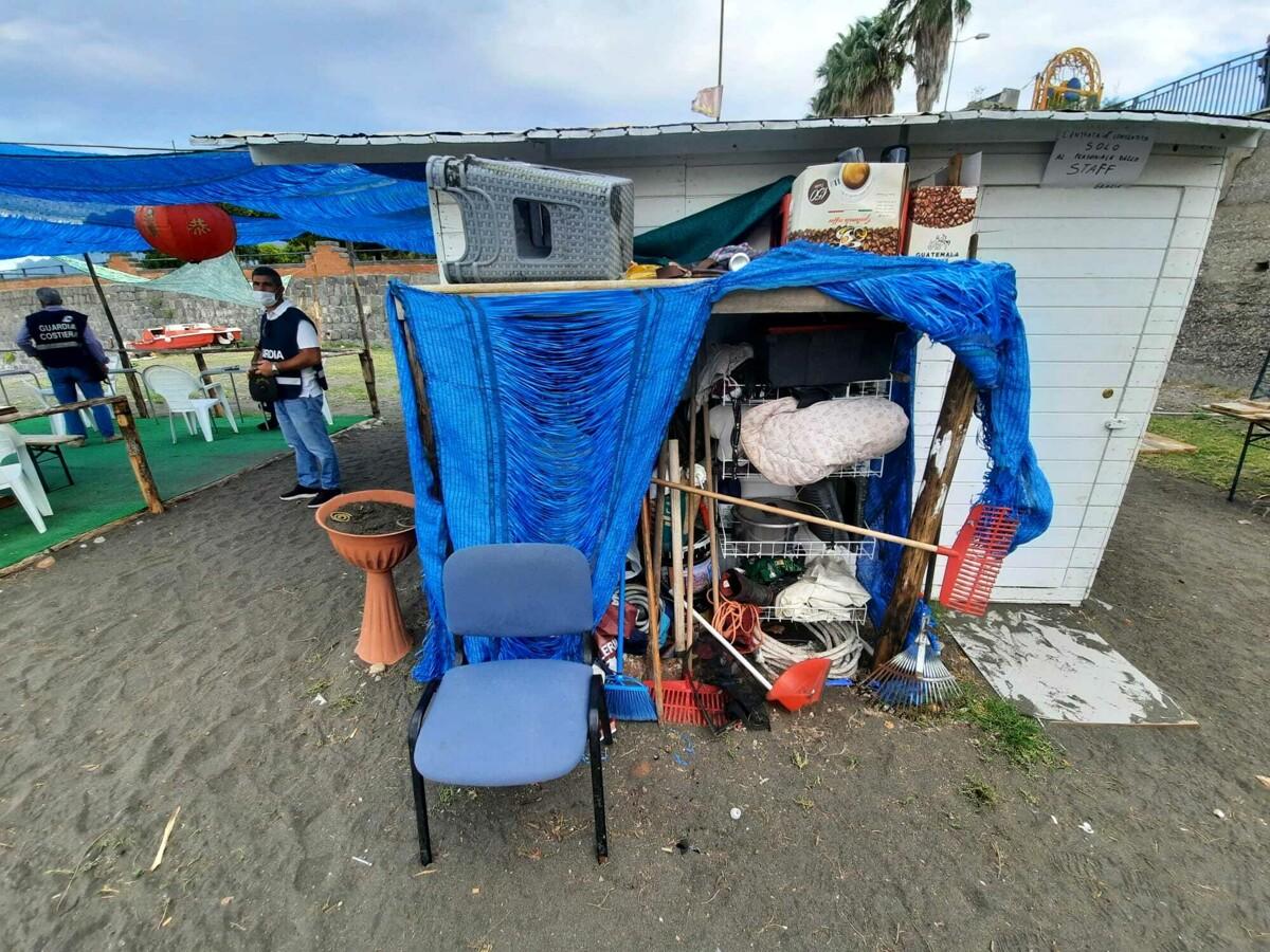 Blitz dei vigili sulla spiaggia di Torrione: sequestrato lido abusivo