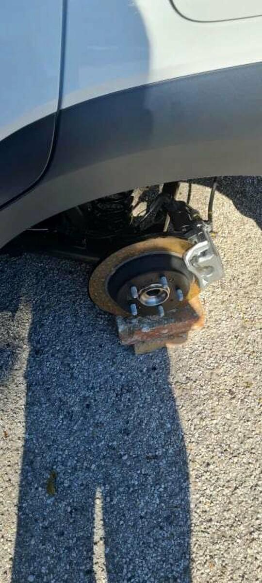 Rubati gli pneumatici delle auto in sosta: l'appello dei residenti del rione Carmine