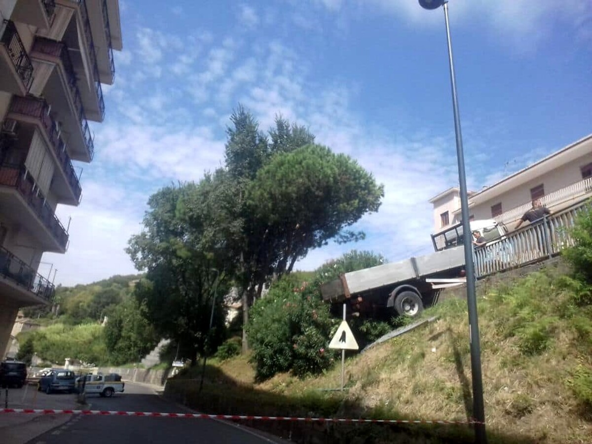 Incidente a Cologna: camion pericolante, chiusa e poi riaperta la strada