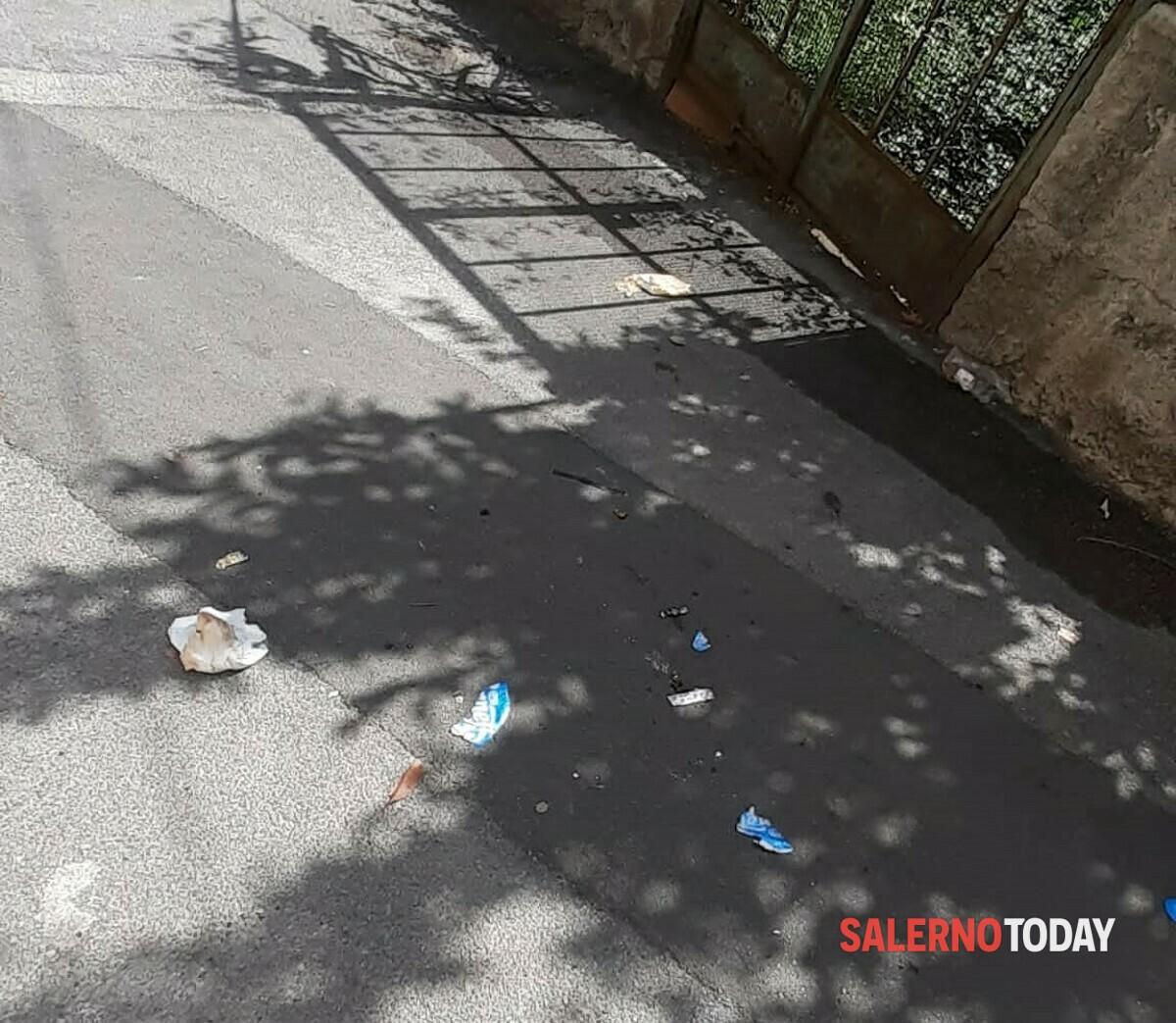 """Via Cadorna, la protesta: """"Lancio dei sacchetti nei furgoni ma la spazzatura finisce in strada"""""""