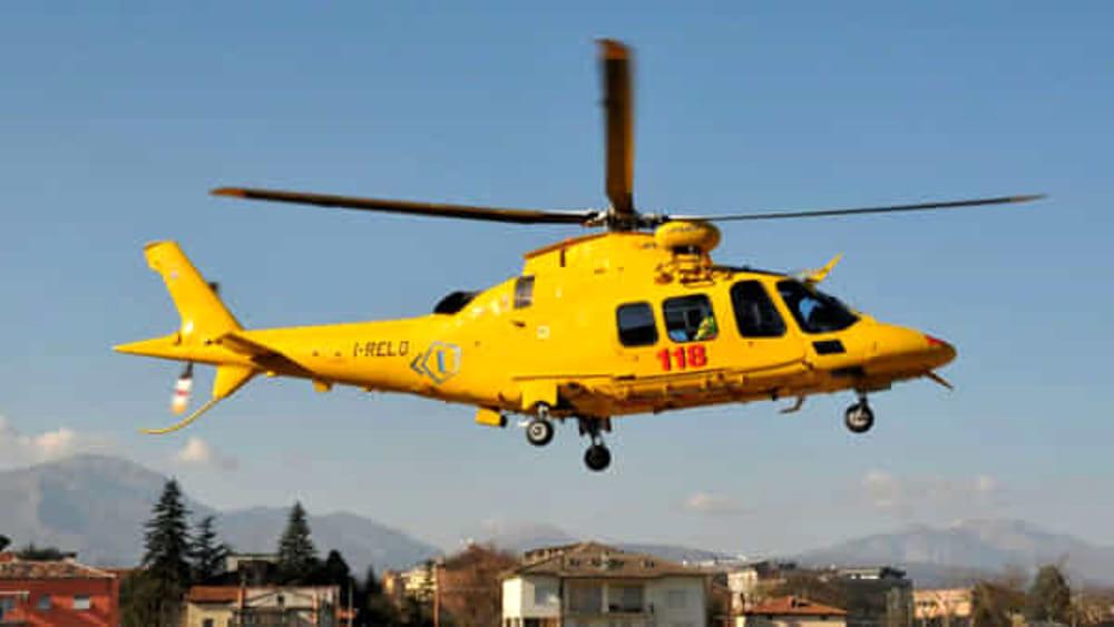 Cade e sbatte la testa nei bagni pubblici: soccorso 78enne a Positano