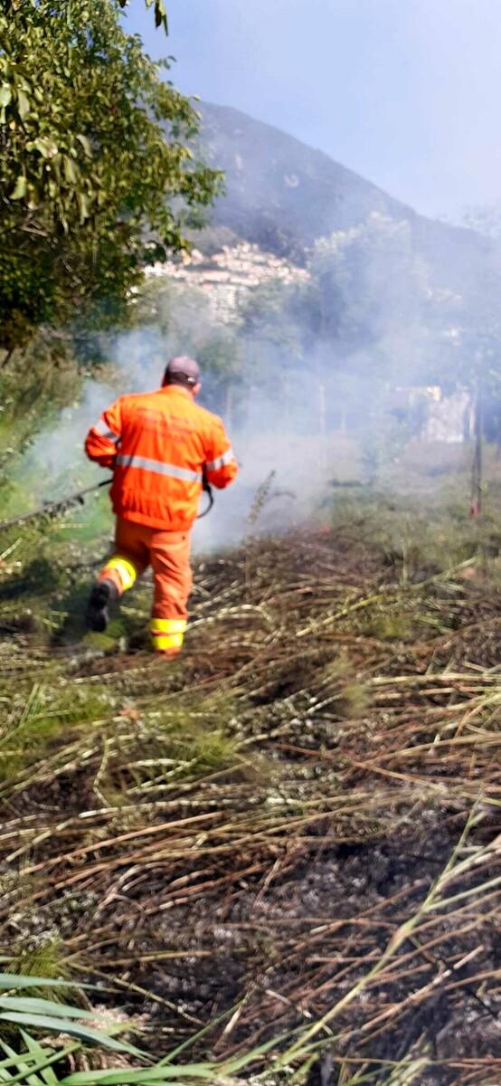 Due incendi a Padula e Sala Consilina, vegetazione in fumo: paura tra i residenti