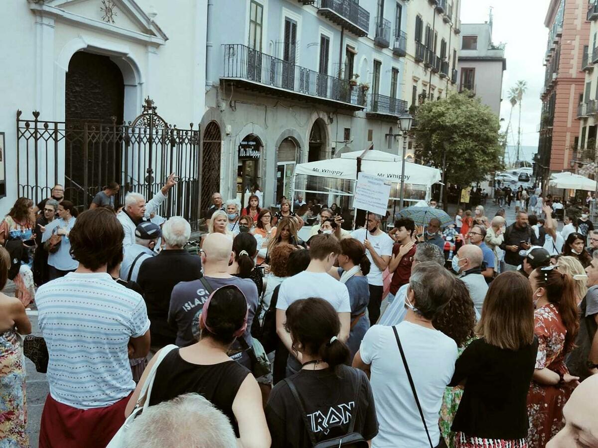 """""""No green pass, no imposizioni"""": l'urlo dei No Vax in piazza Portanova"""