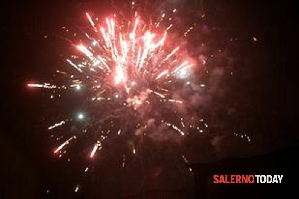 Esplodono fuochi d'artificio durante il compleanno: tre denunce a Campagna