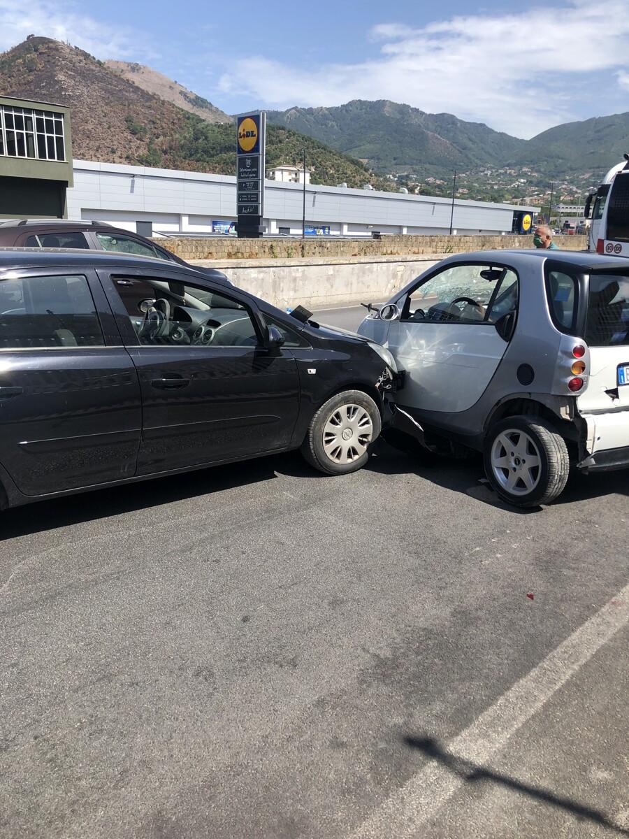 Si rompono i freni: camion fuori controllo, dramma sventato a Nocera