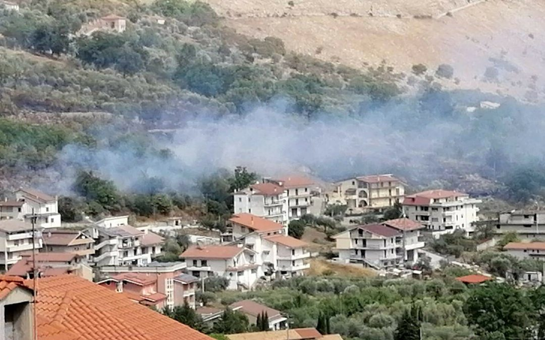 Vegetazione in fiamme a Monte San Giacomo: paura tra i residenti