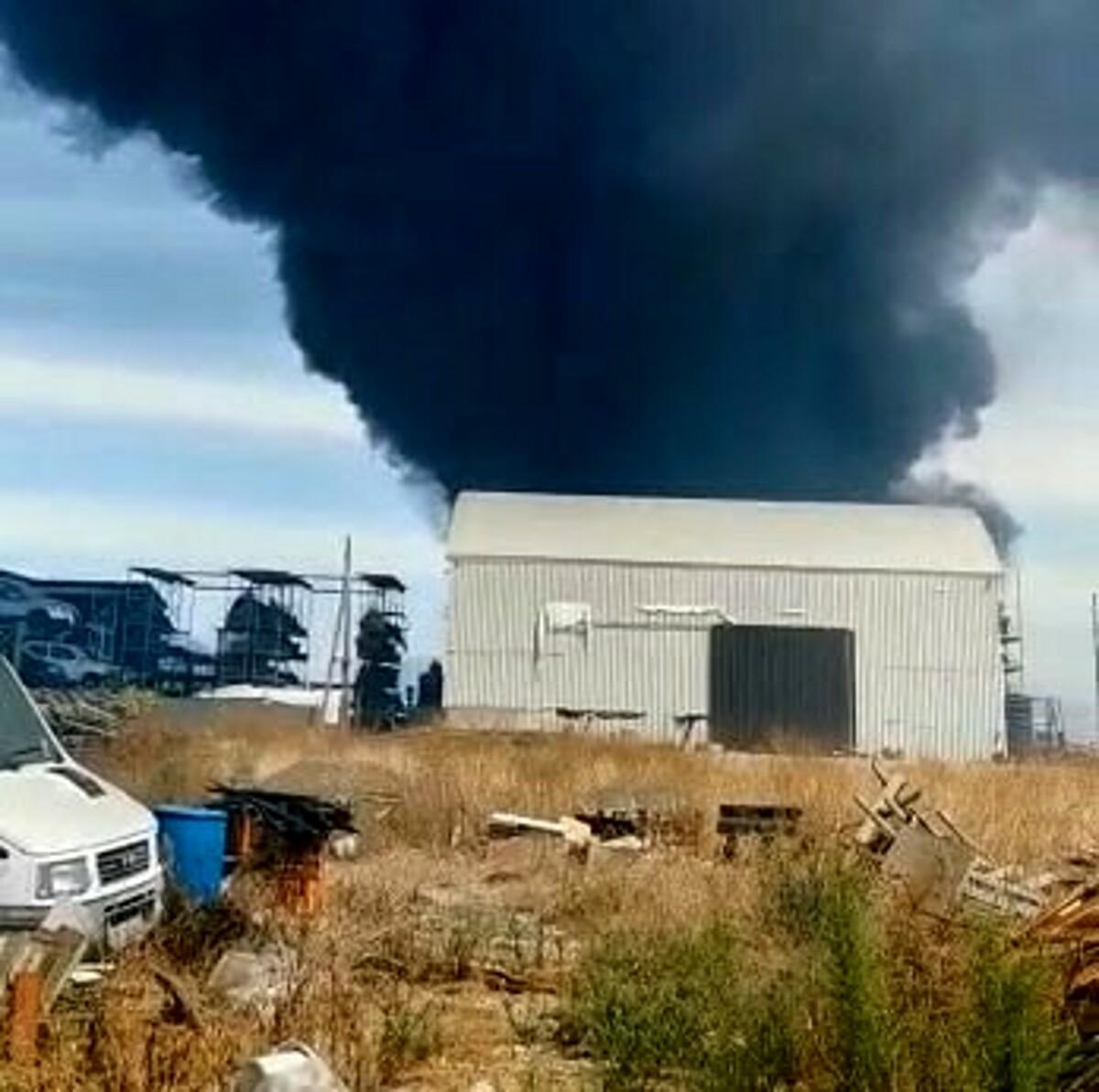 Incendio ad Albanella, brucia un deposito di stoccaggio rifiuti: corrono i vigili del fuoco