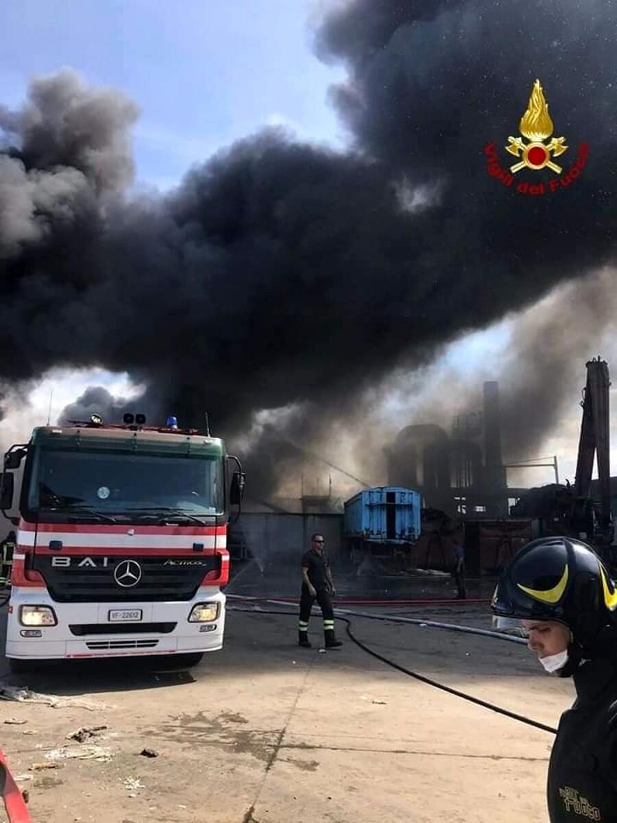 """Incendio in impianto rifiuti ad Albanella, lo sfogo di una residente: """"Basta inquinamento, ho perso due familiari"""""""