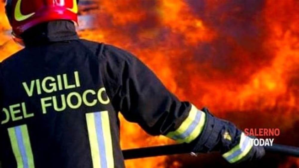 Vasto incendio a Teggiano, terreno agricolo in fiamme: si indaga