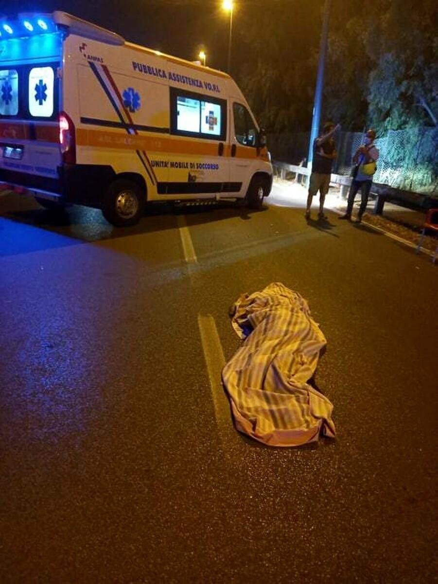 Travolto da una moto e ucciso: ennesima vittima della strada in litoranea