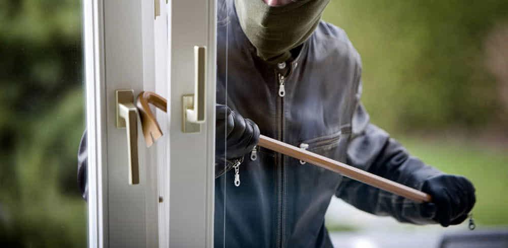 Teggiano, ladri in azione messi in fuga da una donna