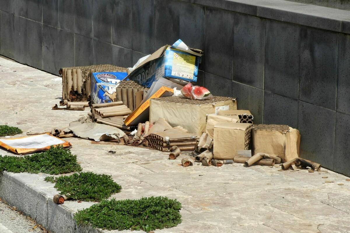 Residui di cibo e botti in strada: il degrado a Salerno