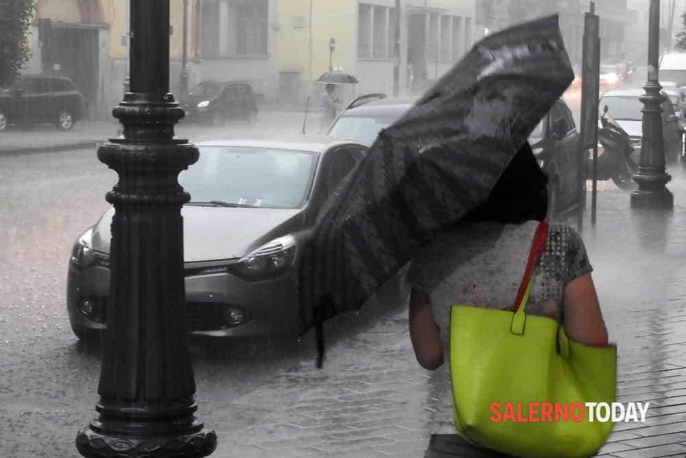 Raffiche di vento, fulmini e grandine: nuova allerta meteo in Campania