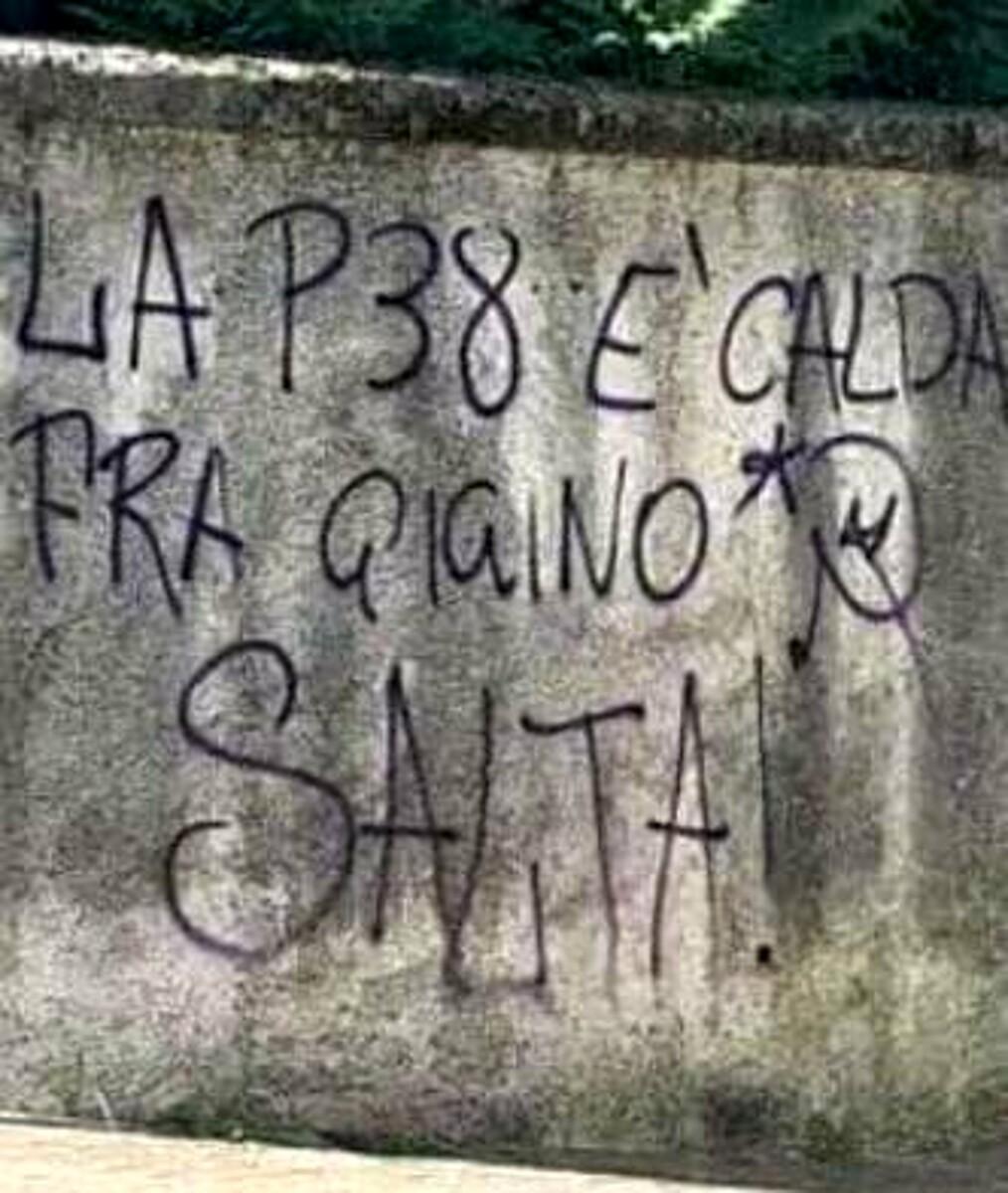 """""""La P38 è calda, fra Gigino salta!"""": spuntano minacce sul muro per Petrone, a Cava"""