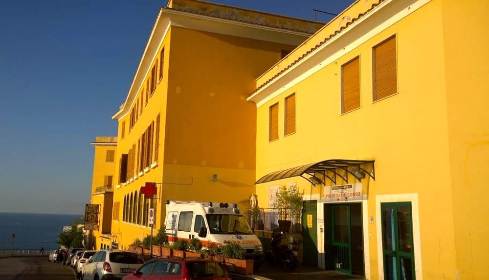 Precipita dal terrazzo dell'albergo mentre scatta un selfie: ferita turista a Positano