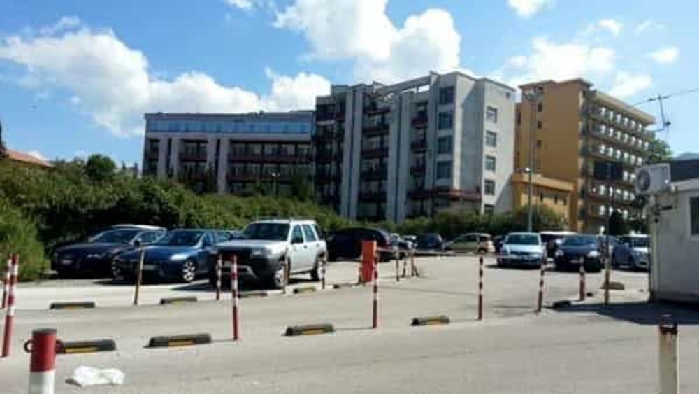 Precipita dal quarto piano dell'ospedale di Vallo: 17enne trasferita a Napoli