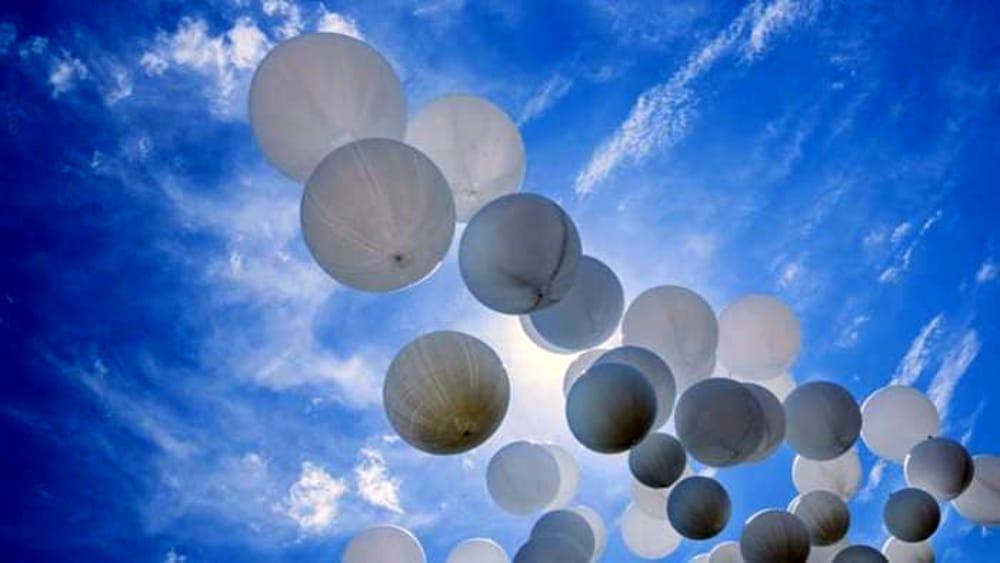 Lutto a Castellabate, palloncini bianchi ai funerali del piccolo Tommaso morto in un incidente