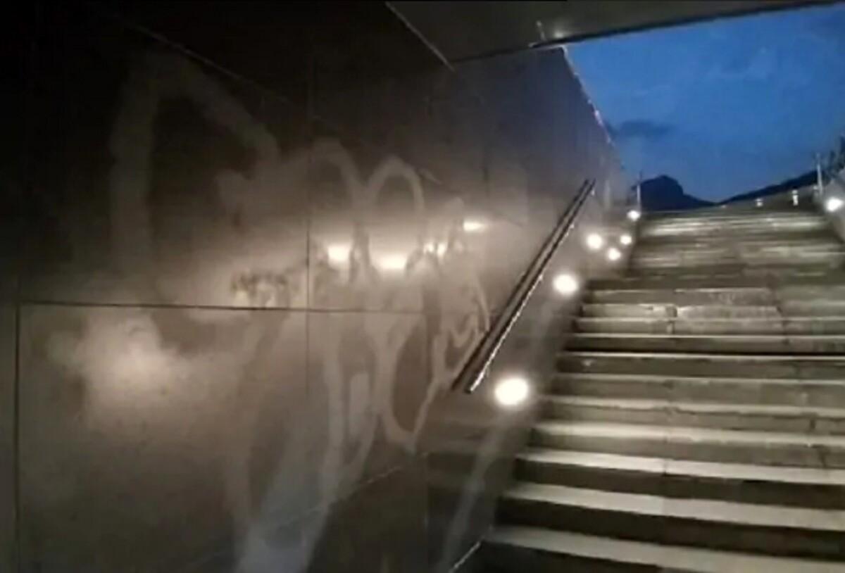 Nuovo sfregio a Piazza della Libertà: muro imbrattato con lo spray