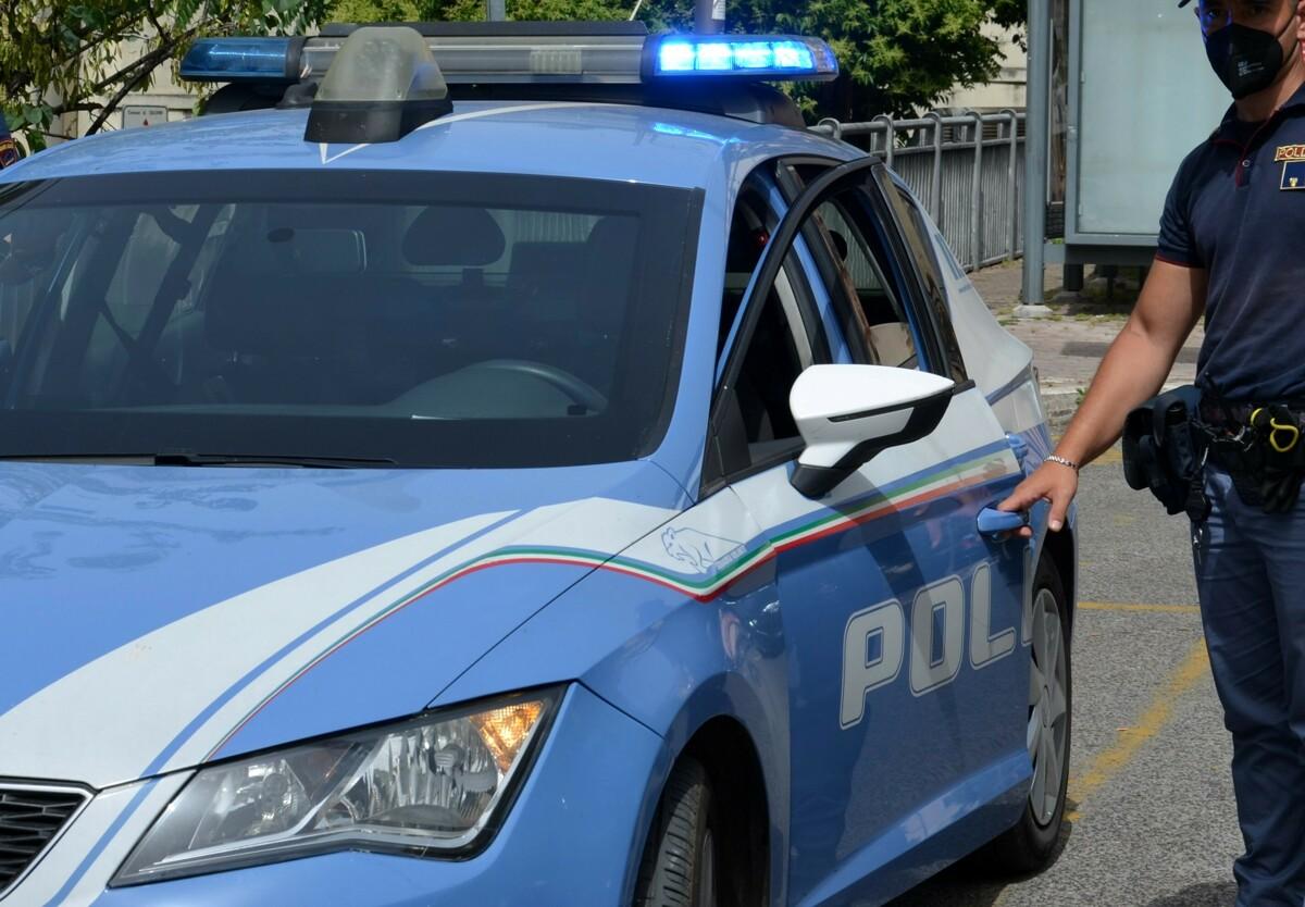 Ruba un telefonino e scappa sugli scogli: magrebino, ricercato, arrestato dai poliziotti