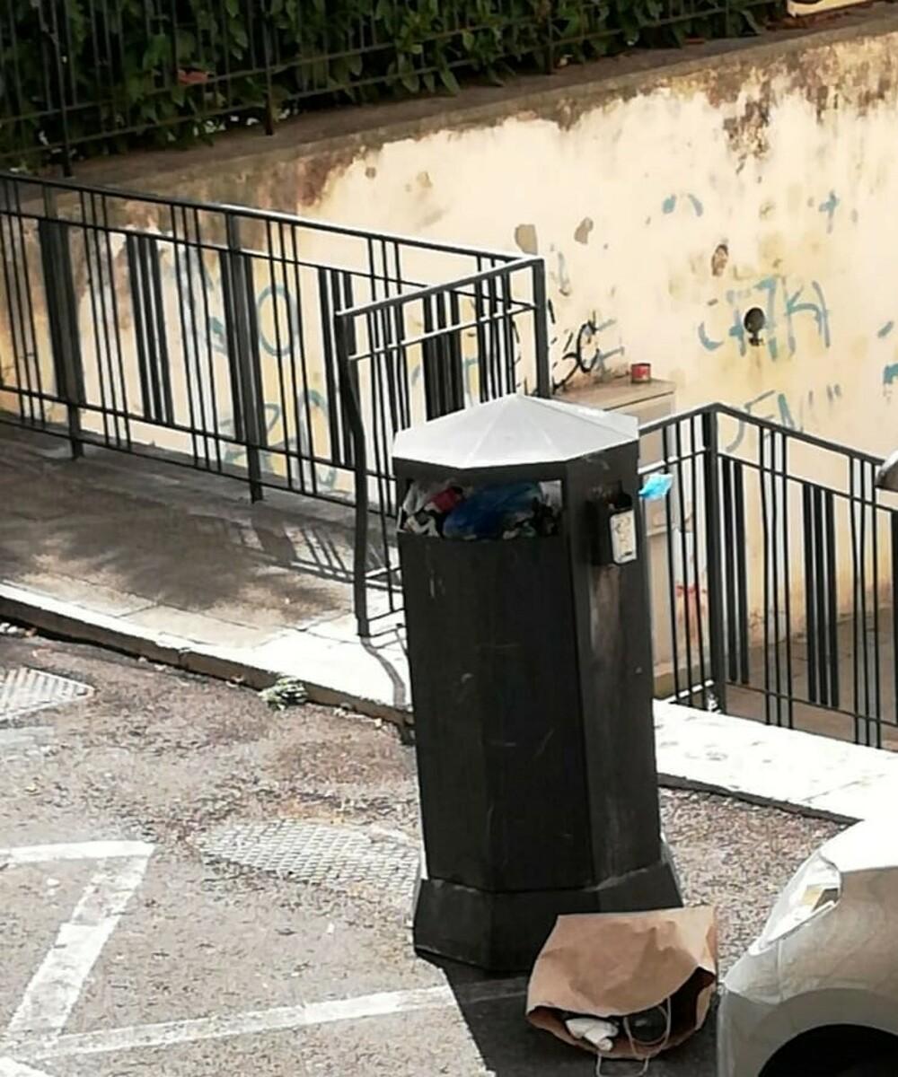 Rifiuti in via Bastioni, escrementi in via Pironti: la denuncia dei residenti