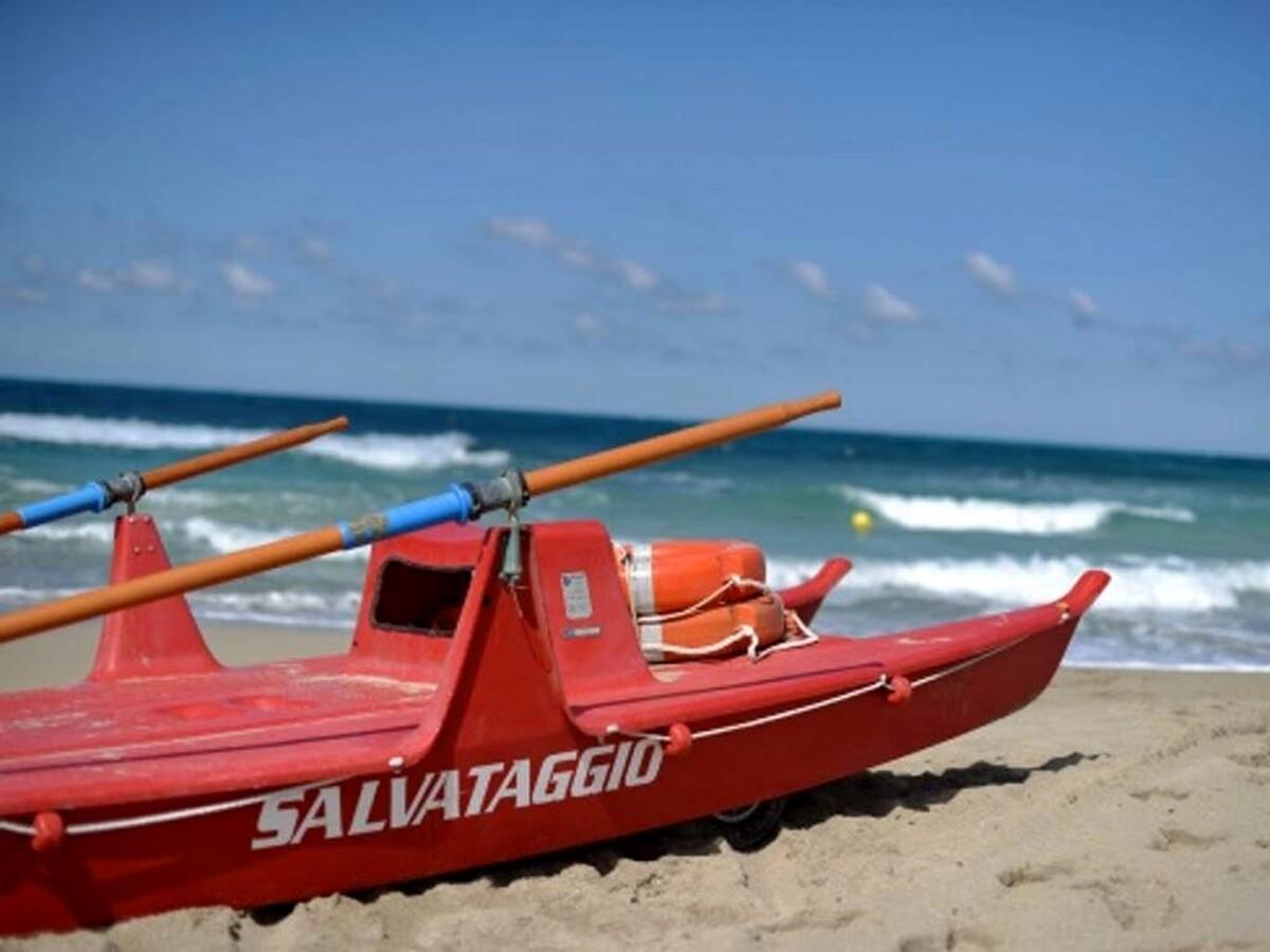 Si tuffano in mare nonostante le onde: salvati tre bambini a Camerota