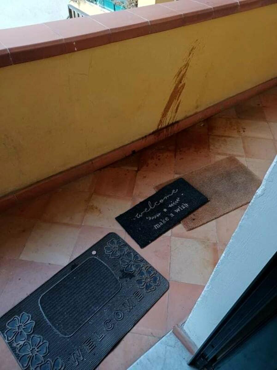 Piazza San Francesco, torna a casa e trova dinanzi alla porta un clochard ubriaco: l'appello