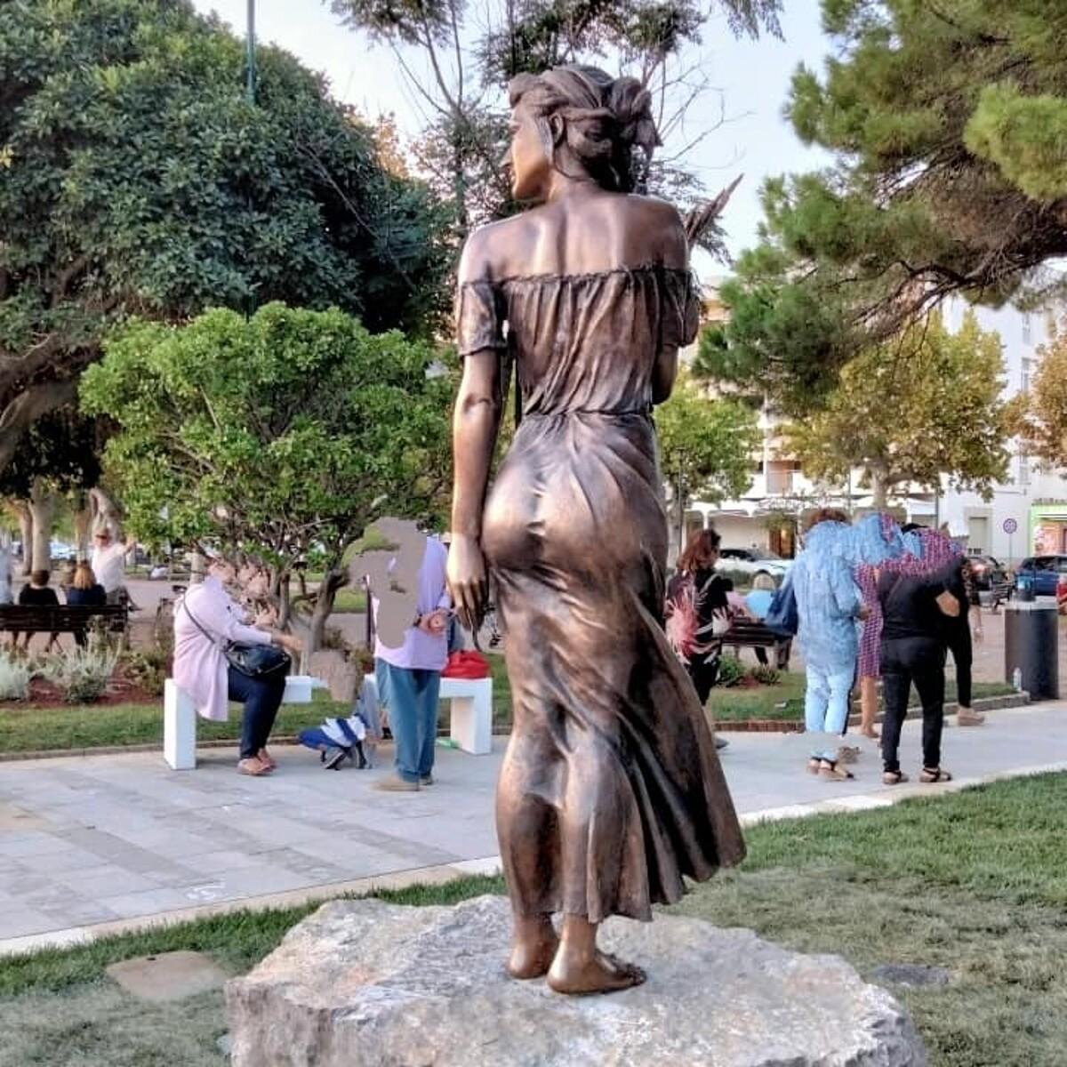 """""""Schiaffo sessista"""": la nuova Spigolatrice di Sapri suscita polemiche a livello nazionale, il sindaco e l'artista rispondono"""