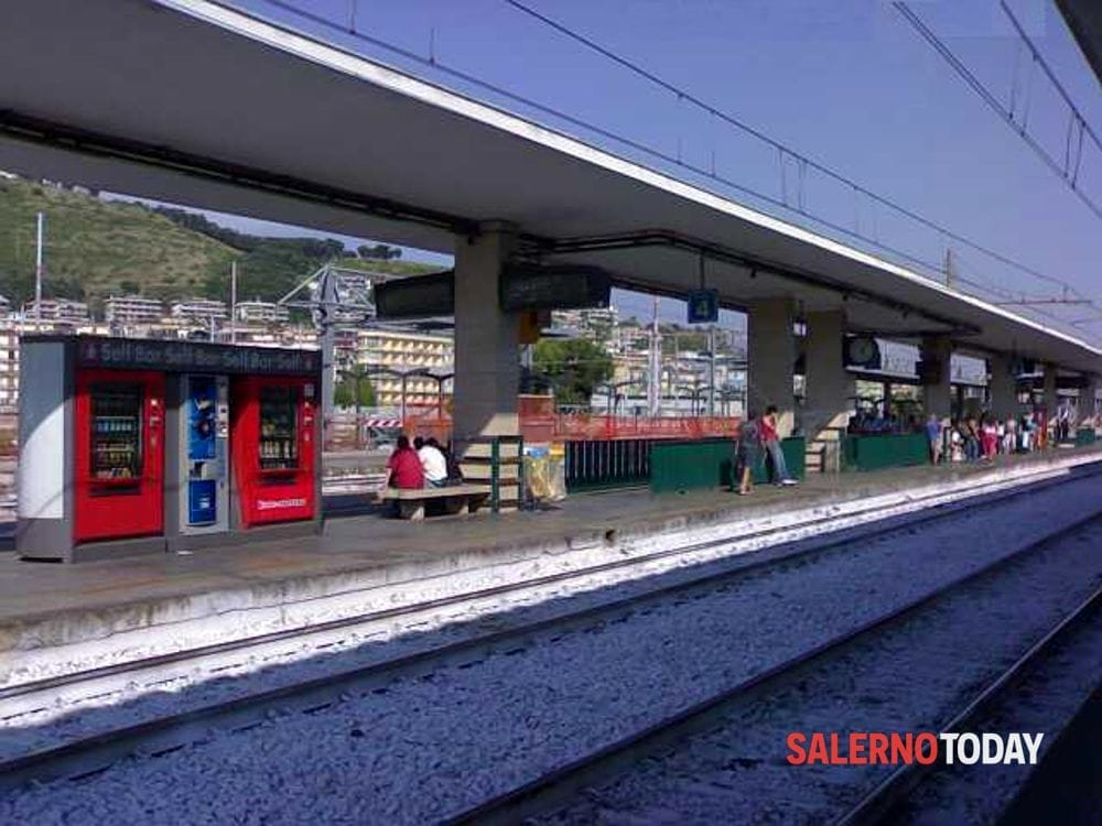 Panico tra i pendolari, bloccato con spray urticante: segnalato anche a Salerno