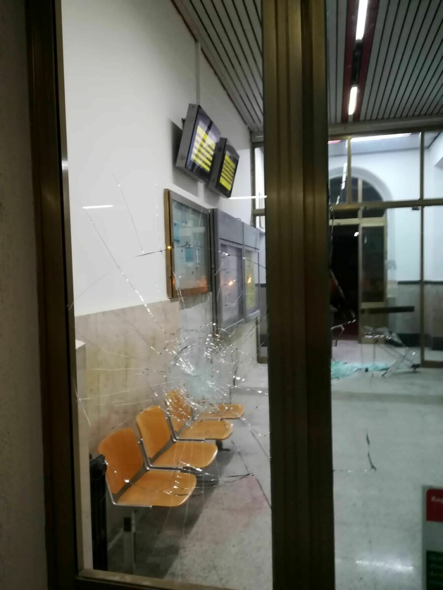 Sprovvisto di biglietto, scende dal treno e lancia pietre contro tutti: arrestato a Sapri