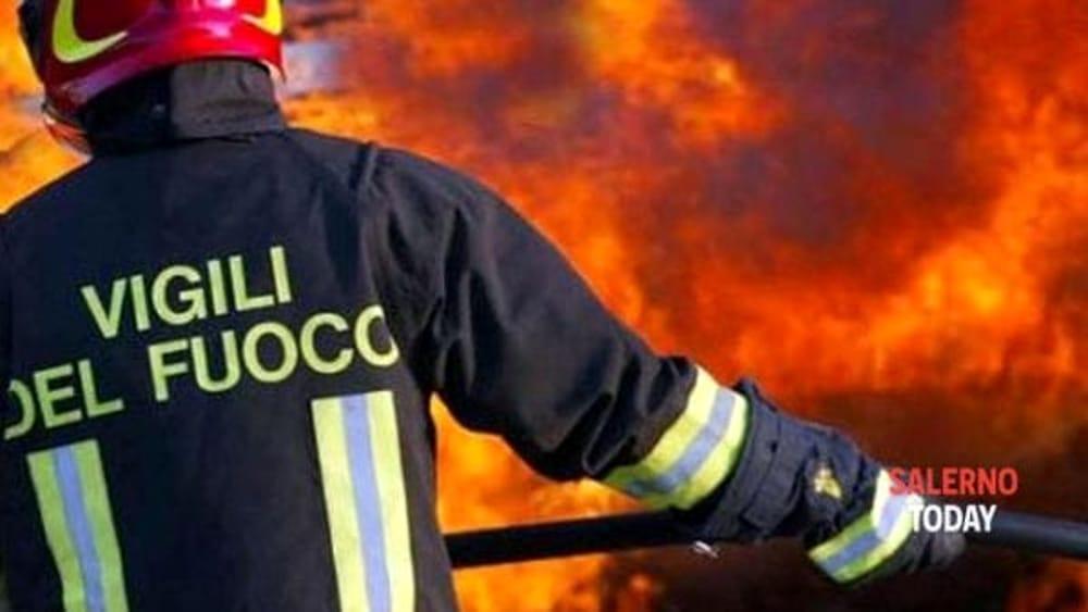 Incendio in un parcheggio ad Atena Lucana: a fuoco autocarro e rimorchio