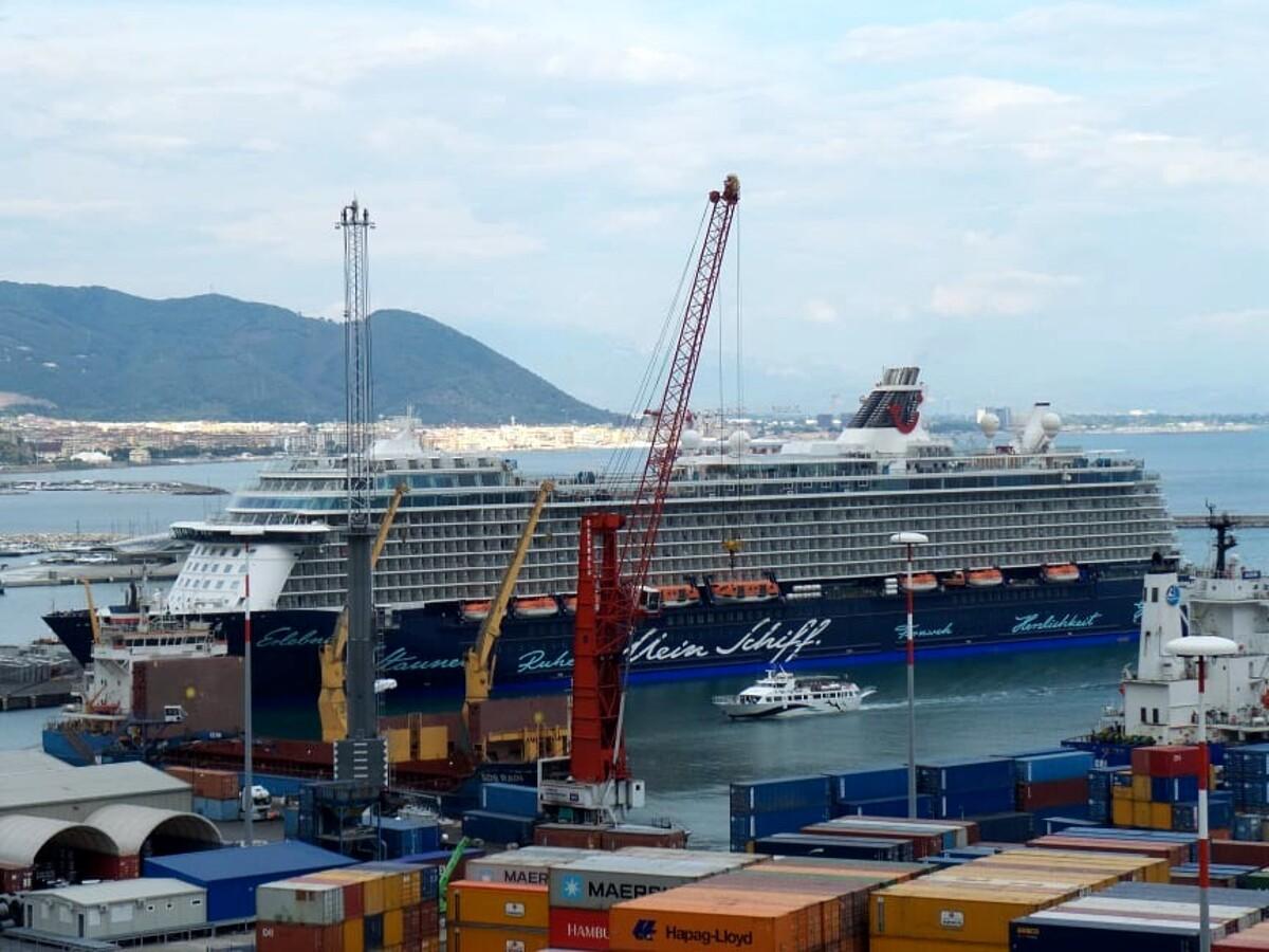 Torna a Salerno la Mein Schiff 4: la nave crociera ha attraccato al porto commerciale