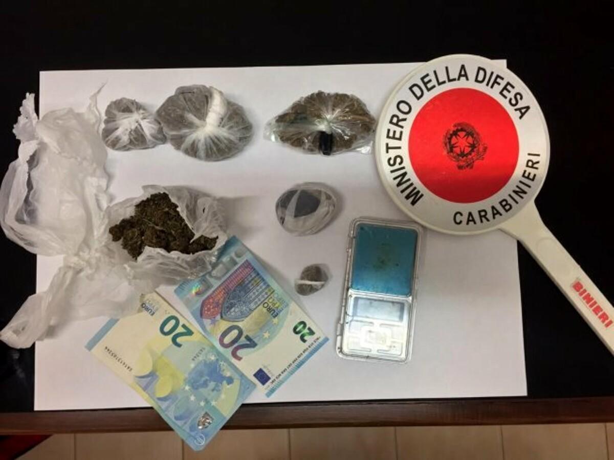 Nasconde la marijuana in camera da letto: arrestato 22enne a Campagna