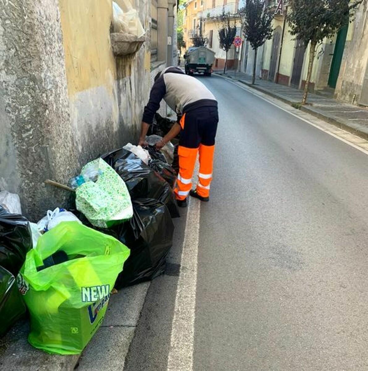 """Lotta ai """"furbetti"""" dei rifiuti: il Comune di Baronissi multa due persone"""