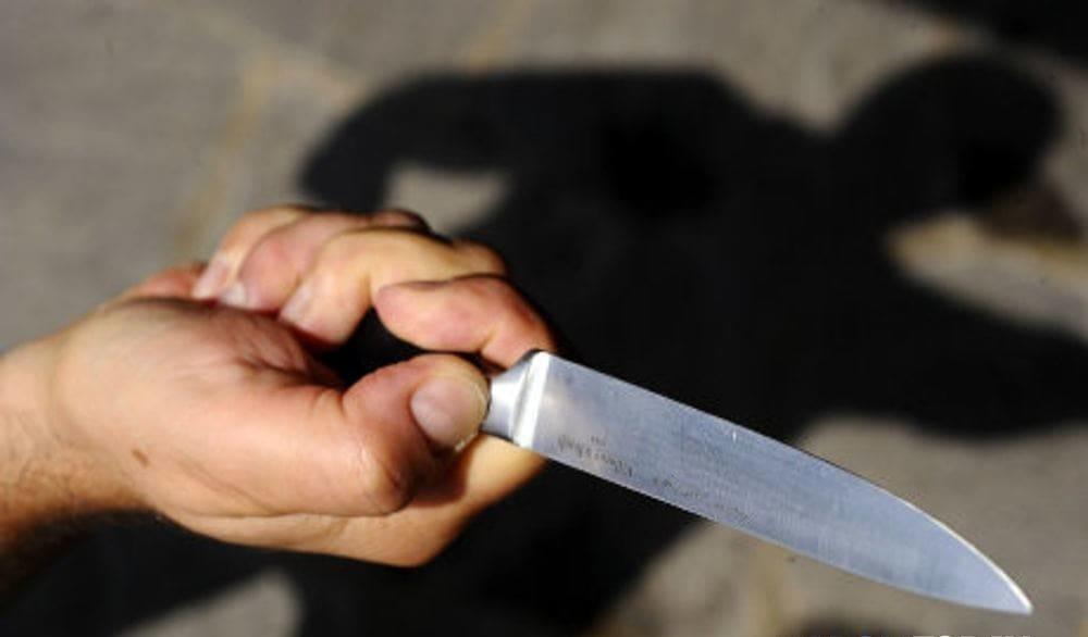 Accoltella commerciante per rapinarlo: bandito in fuga a Salerno
